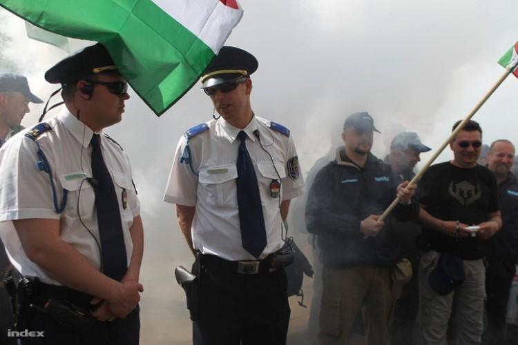 Ki kell takarni az intézkedő rendőr arcát? Nem!