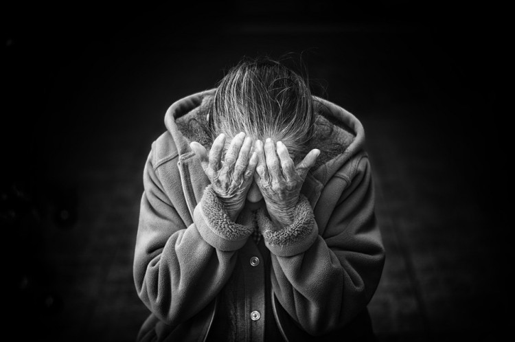 Kirabolta, majd kifosztotta a 84 éves asszonyt