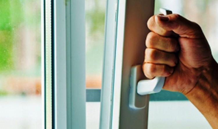 Tíz házba tört be Miskolcon, a bukó ablak segítette
