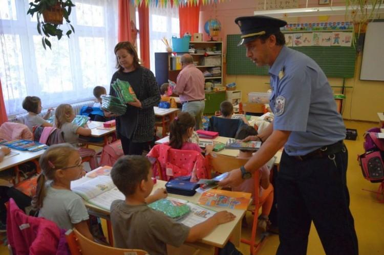 A rendőrök ajándékot vittek az ózdi iskolákba