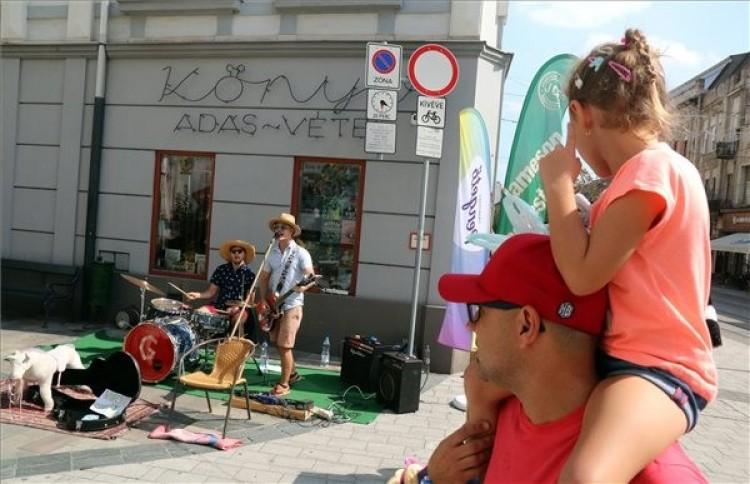 Zenével telnek meg a miskolci utcák