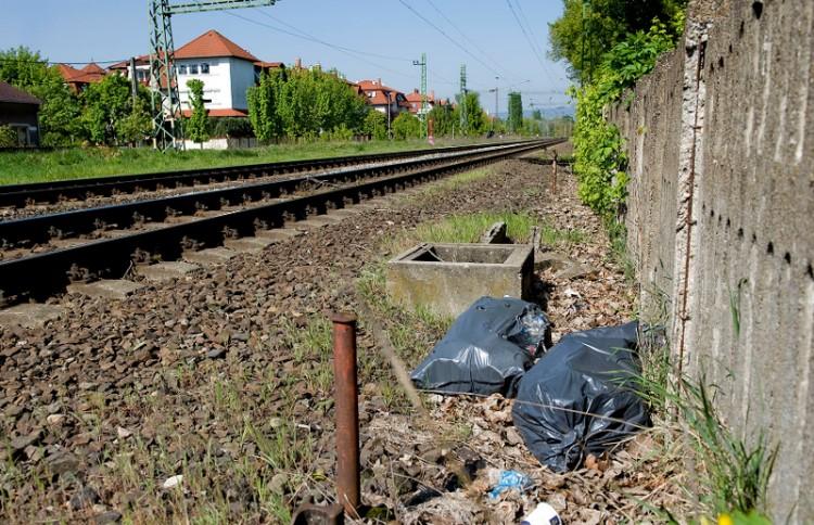 Összeszedi a MÁV a vasút menti szemetet