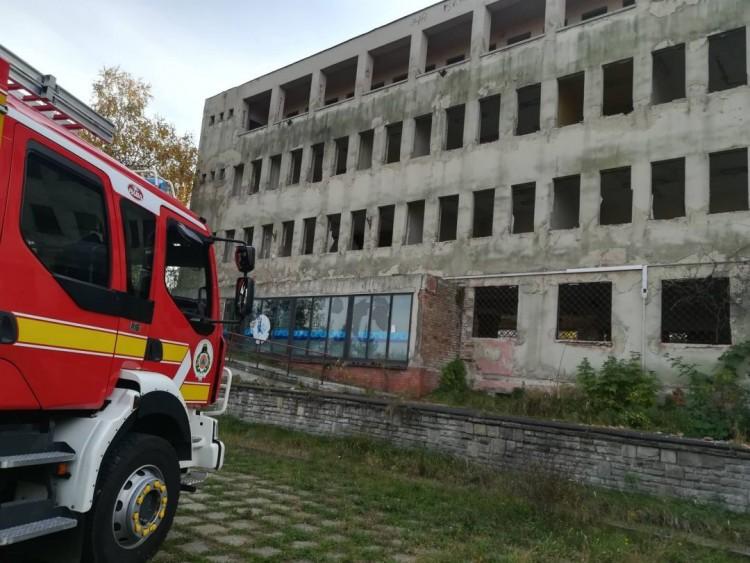 Kigyulladt egy régi banképület Ózdon