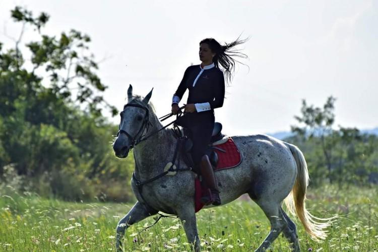 A lány a hegygerincről, aki zenetanár helyett lett lovas