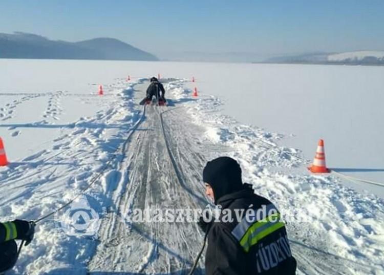 Nem mindennapi fotók a Rakacai tó jegéről