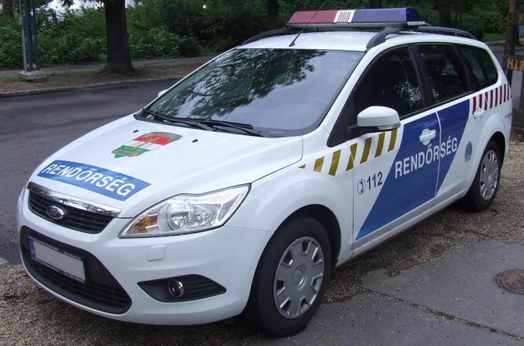 Parkoló autóknak rohant Ózdon