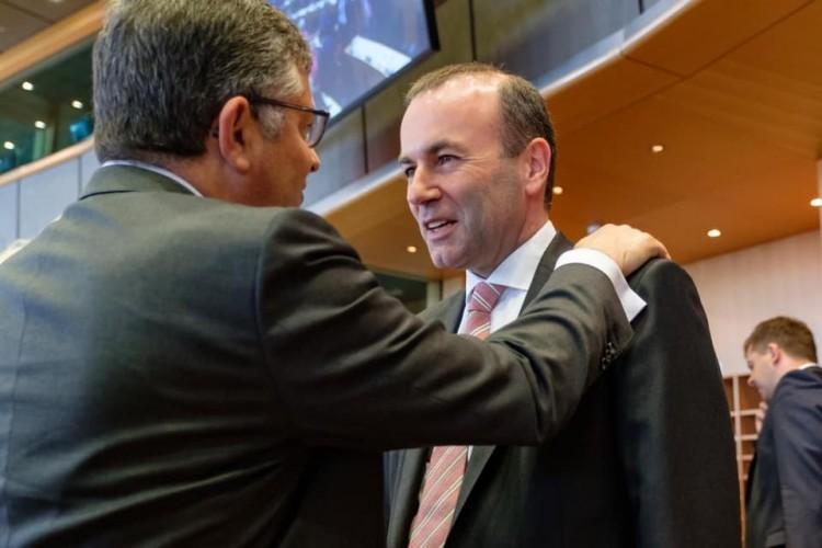 A Die Welt szerint Merkel is rábólintott Weber kigolyózására