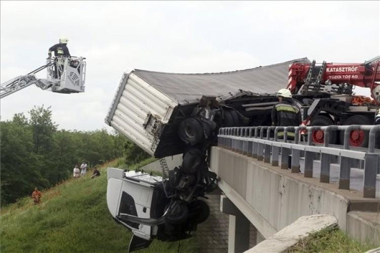 Hátborzongató: kettészakadt egy kamion az M3-ason