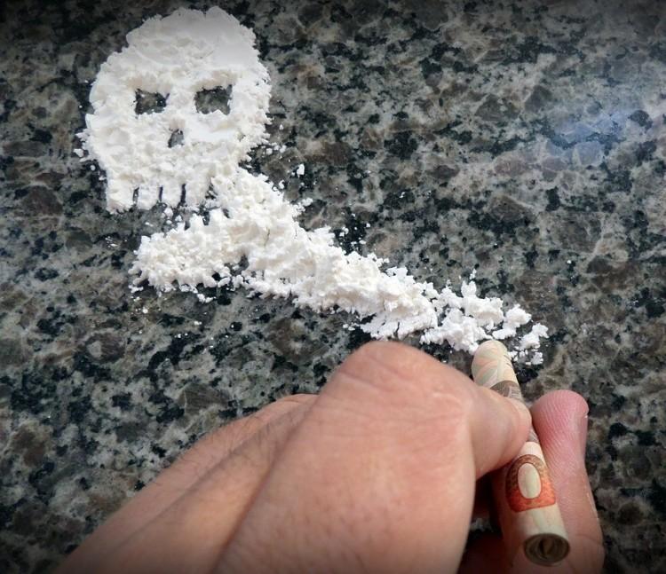 17 éves lány árulta a drogot Kazincbarcikán
