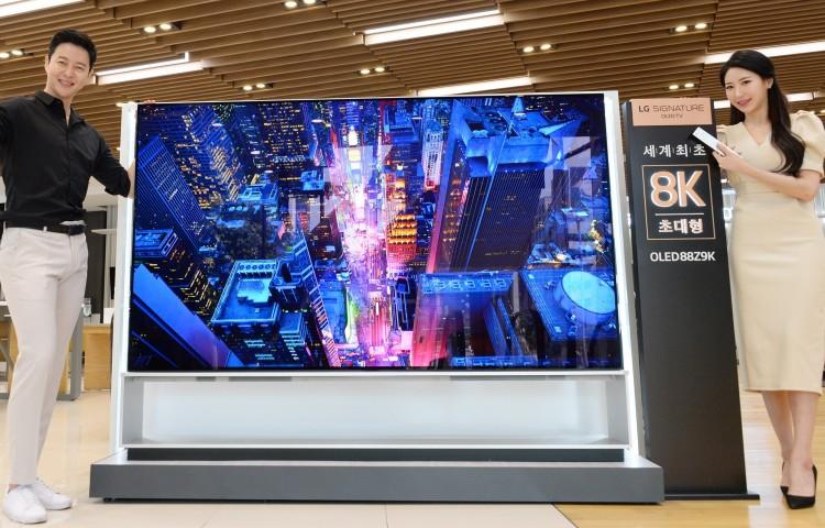 Jön a világ első 8K OLED tévéje