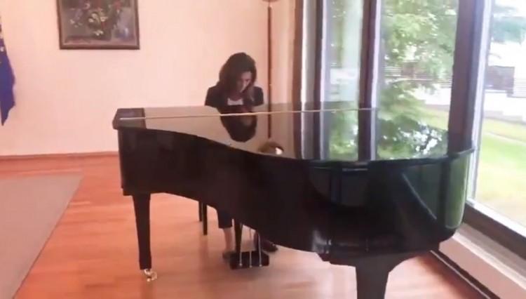 Így játszik a miskolci miniszter zongorán! + VIDEÓ!