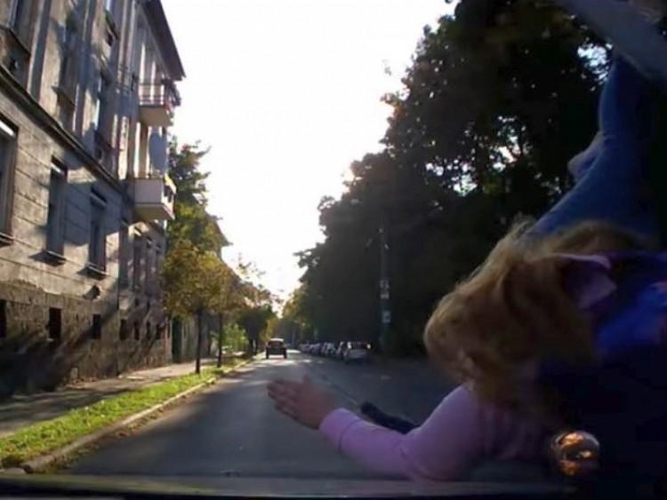 Gyermeket gázoltak a zebrán, ezért lassítson ellenfényben! – VIDEÓ