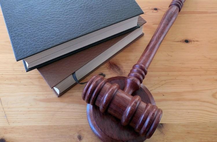 Összesen 16 és fél év börtön egy kikényszerített kézcsókért Ózdon