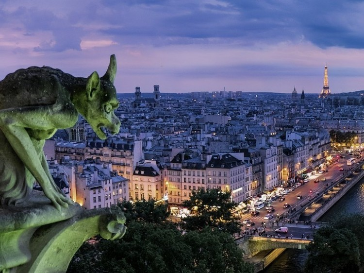 Repülőt térítettek volna el terrorcselekményhez, mondta a francia belügyminiszter