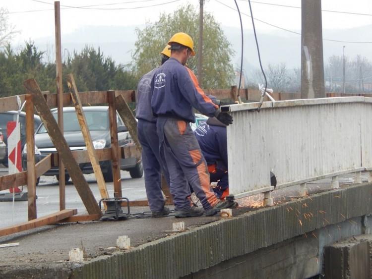 Elbontják az ózdi híd korlátját
