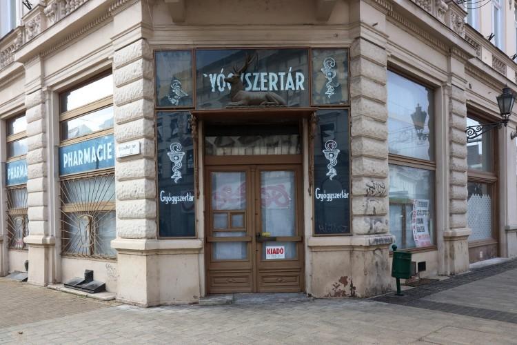 Engedély nélkül szállították el az Aranyszarvas patika bútorzatát