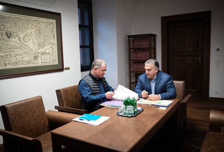Egymás kezébe adják a kilincset Orbán Viktornál a honatyáink