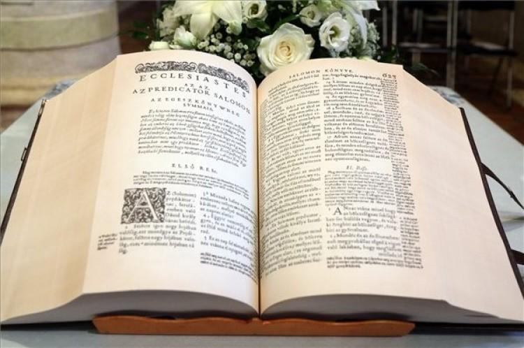 Megjelent a vizsolyi biblia hasonmás kiadása