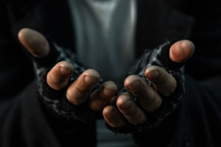 Szociális munkásra támadt egy hajléktalan – börtönbe zárnák