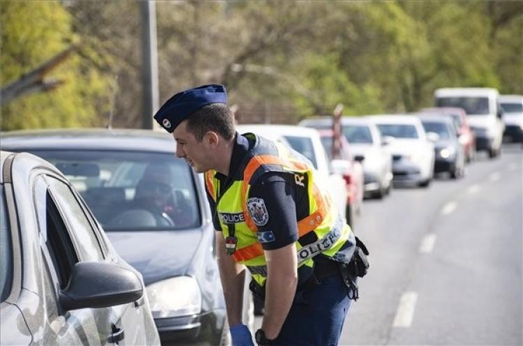 Rendőrök ellenőrzik a Tokajba érkezőket