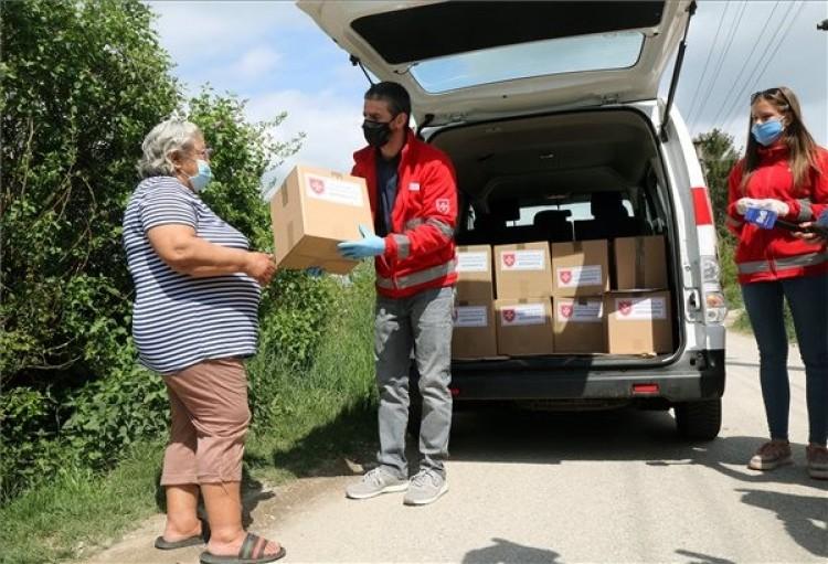 Adománycsomagokat kaptak rászoruló idősek Miskolcon