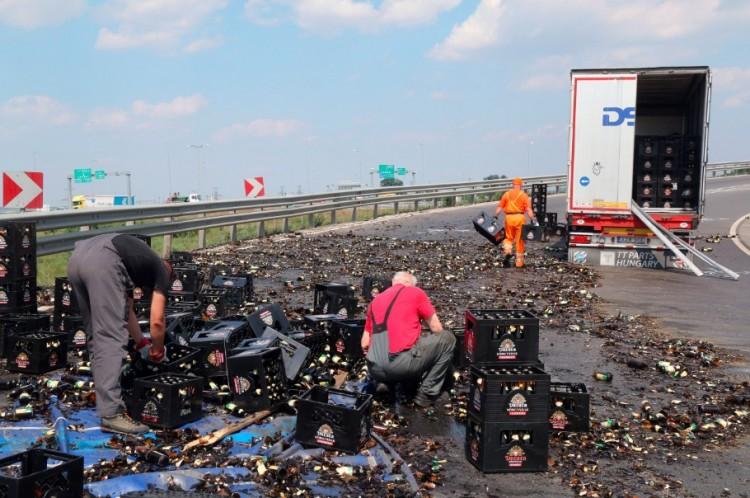 Miskolc határában az autópályán folyt el a sok sör