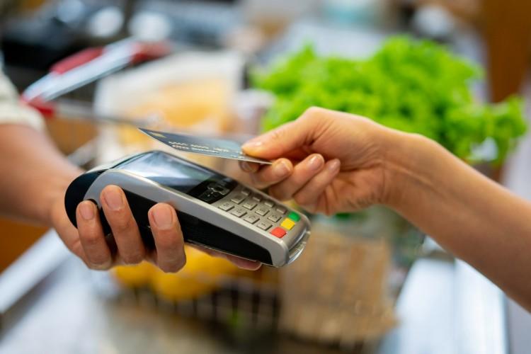 Talált bankkártyával vásárolgatott egy miskolci nő