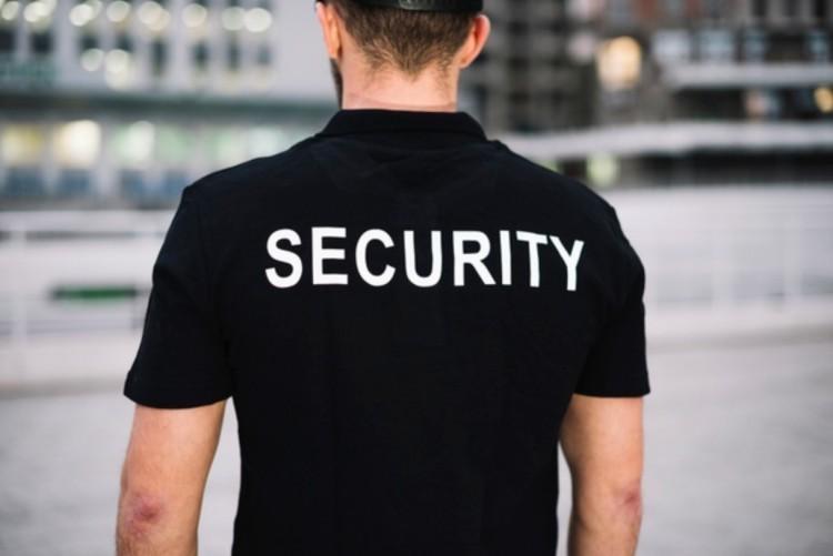 Elítélhetik a biztonsági őrökre támadó polgári férfiakat