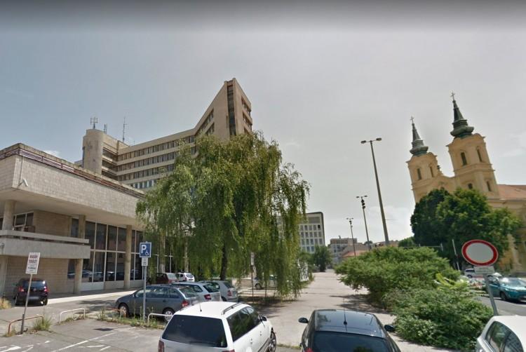 Több parkolóhely Miskolc belvárosában