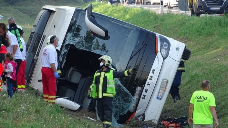 Tragédia az autópályán: egy halott, 34 sérült a turistabuszban + FRISSÍTVE