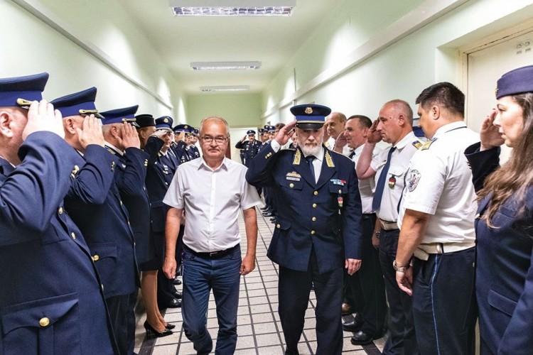 Megható rendőrbúcsú 39 év után, Miskolcon