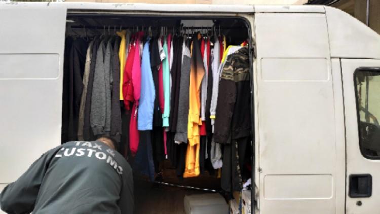 Hamis ruhákkal volt megpakolva egy kisteherautó Ózdon