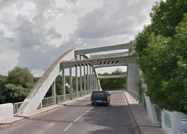 Hídpillérnek ütközött egy autó Gibárton