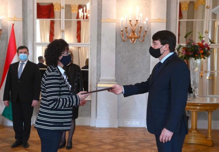 Áder Jánostól vette át kinevezését a miskolci rektor, Horváth Zita