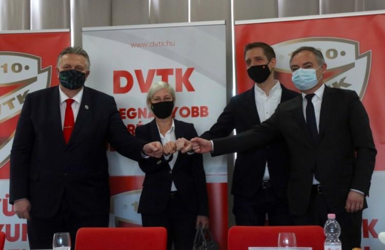 Újabb kétmilliárd forintot adott a kormány a DVTK-nak
