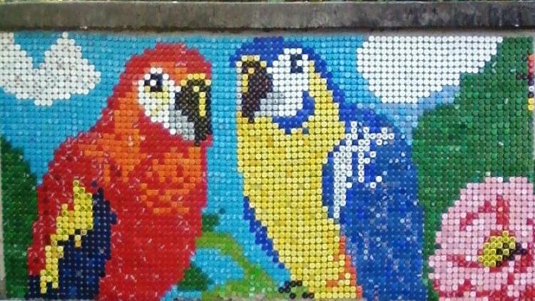 Több ezer műanyag kupak díszíti a kerítést Hejőcsabán