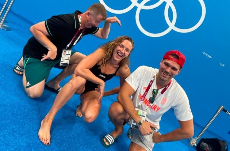 Jó a hangulat a magyar úszóknál Tokióban. Erről két kép tanúskodik