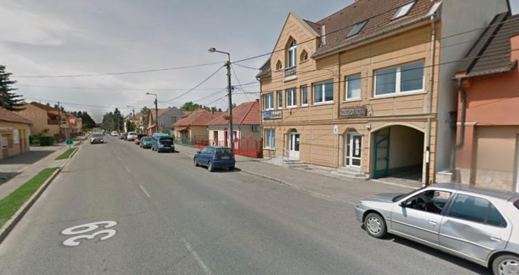 Karambol Encsen – az egyik autó egy üzlet falának csapódott