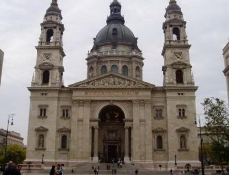 Molotov-koktél a Bazilikánál