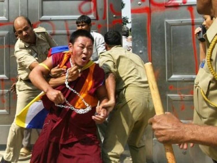 Tibeti szerzetesek támadása