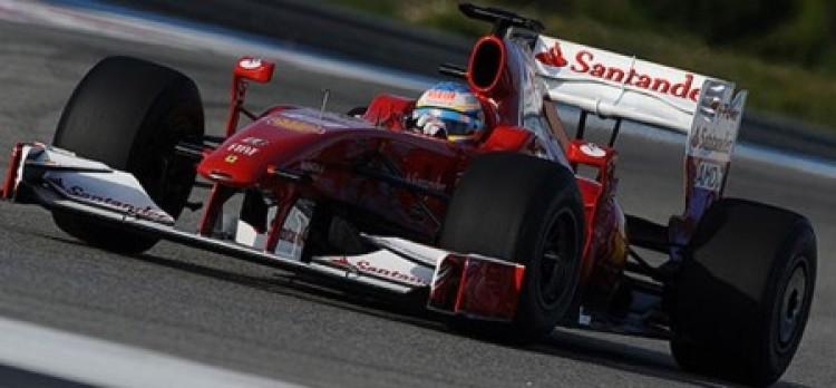 Piros-fehér Ferrarit láthatunk