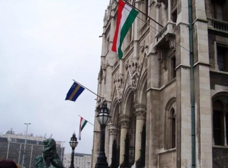 Székely lobogó hirdette az autonómiát az Országházon