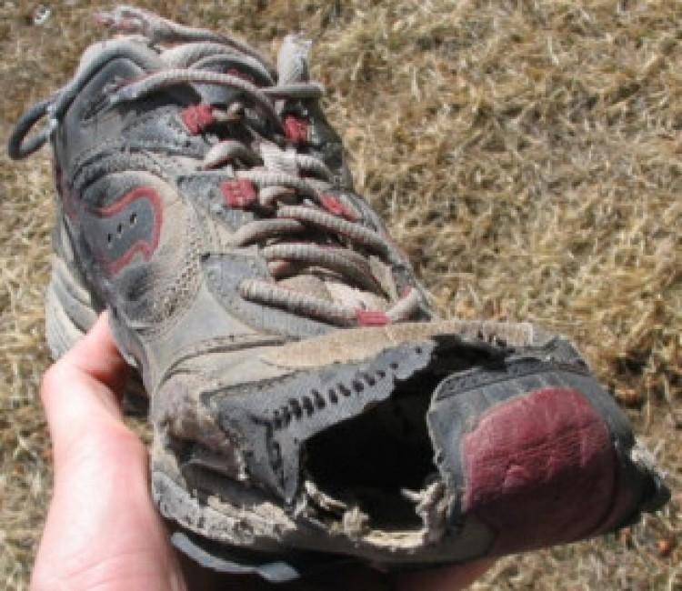 Nagy bánata van a cipővásárlónak