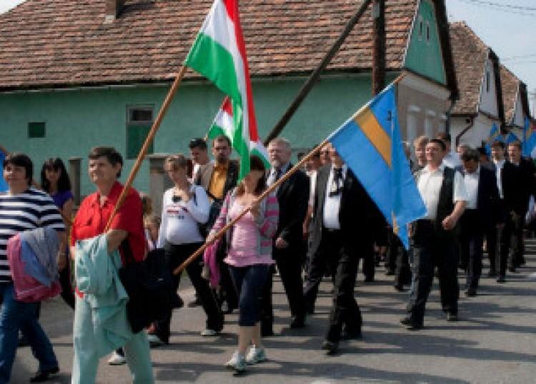 Ülnek a magyarok a küszöbön, várják a változást