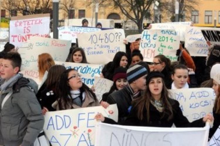 Debreceni diákok, ki a térre! Hívjátok aput és anyut is!