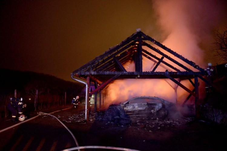 Négy autó égett porrá egy garázsban