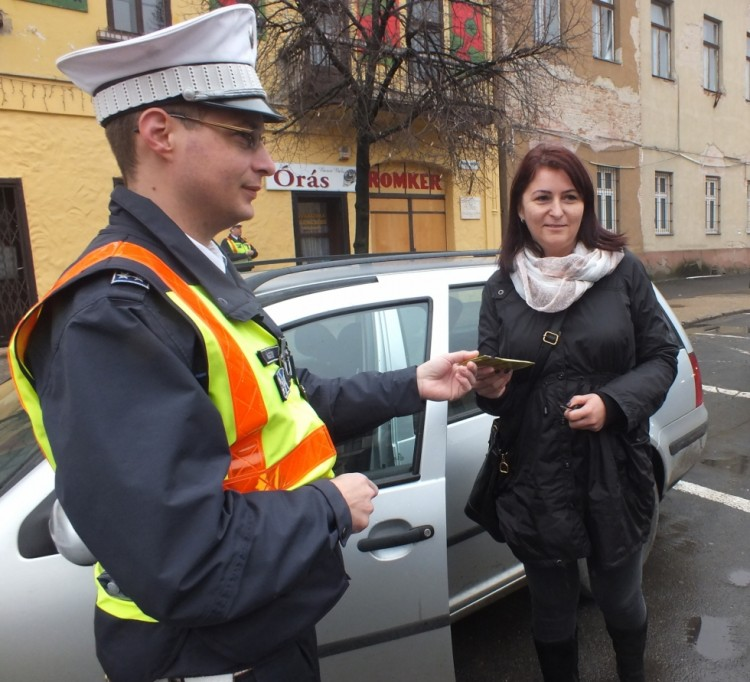 Így köszöntötték a nőket a debreceni rendőrök