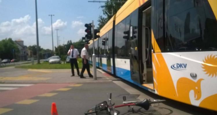 Kerékpáros ütközött a villamossal Debrecenben