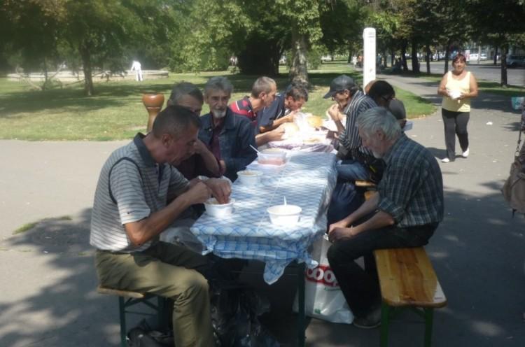 A debreceni szocialisták megvendégelték a nehéz sorsú cíviseket