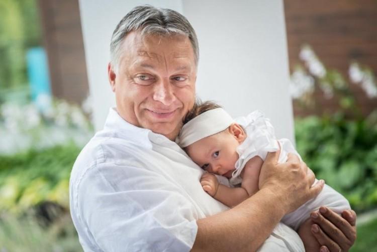 Orbán Viktor megmutatta az unokáját